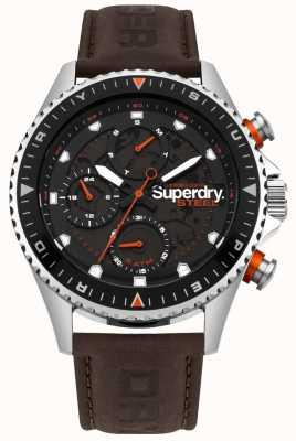 Superdry Oficial de acero día y fecha marca la correa de cuero marrón SYG220BR