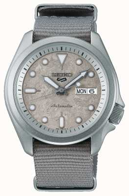 Seiko 5 reloj deportivo con correa nato de 40 mm en cemento SRPG63K1